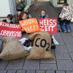 Jugendliche mit Kohlesäcken