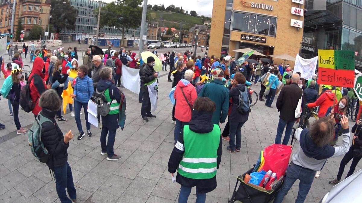 Hunderte Menschen demonstrierten vom Esslinger Bahnhofsplatz über die Maillekreuzung bis zum Marktplatz für Klimagerechtigkeit